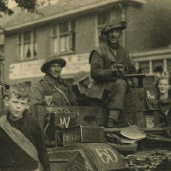 Nederlands Bevrijding; Bren Carrier met Nederlandse burgers