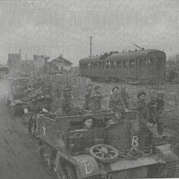 Britse militairen met Bren Carrier, spoorwagon - B 14833