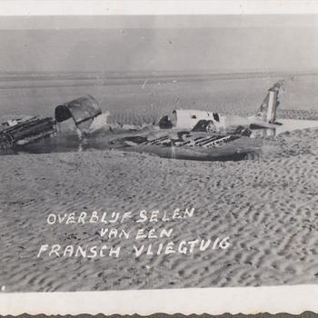 Foto van een op het strand neergestort vliegtuig