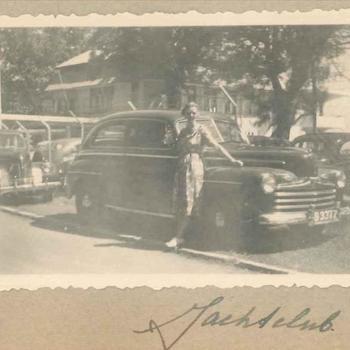 Lid Vrouwenkorps KNIL voor auto voor jachtclub Priok, Nederlands-Indië mei 1948