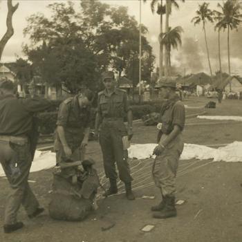 Nederlands Indië; parachute, bundel, militair