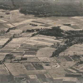 Luchtfoto van een landbouw- en bosgebied