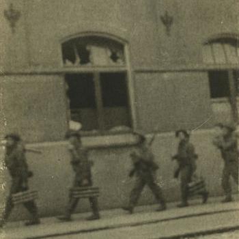 Nederlands Bevrijding; Britse militairen met mortiergranaathouders