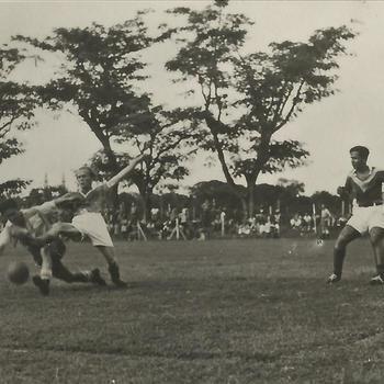 Ned. Indië na WO 2; spel, voetbal, wedstrijd
