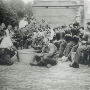 Belgische krijgsgevangenen; aardappelen schillen