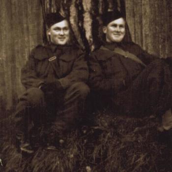 twee Britse of Canadese militairen zittend tegen boom