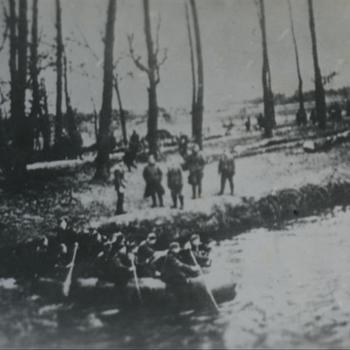 """Duitse militairen in rubberboot """"Over de IJssel"""""""