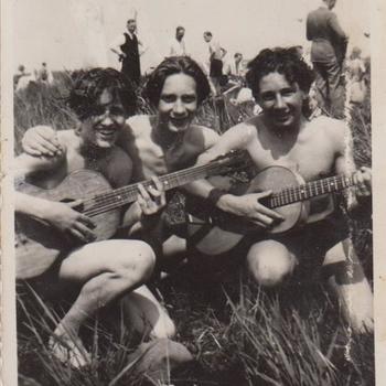 Foto van drie jonge mannen in zwembroek met gitaren