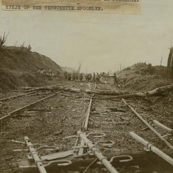 WO I; Britse troepen bij verwoeste spoorlijn