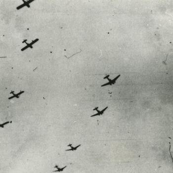 """Foto van formatie vier C-47 sleepvliegtuigen en vier Waco CG-4A zweefvliegtuigen, echelon right. Tekst achterop: """"Dakota C-47 met Wao gliders boven Grave -  bestemd voor LZ-O Overasselt"""""""