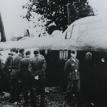 """Foto neergeschoten Britse Short Stirling bommenwerper, die een buiklanding gemaakt heeft met Duitse militairen. Tekst: """"Stirling I, serial N-6045 LS-U van 15e Squadron na een noodlanding in de nacht van 7/8-91941 aan de Varsselseweg Hengelo (Gld). De bemanning werd gevangengenomen. De navigator was R. Pape, kon onderduiken ontsnapte later in de oorlog naar Engeland. Hij schreef na de oorlog """"Boldness be my friend"""". SGLO T1258"""