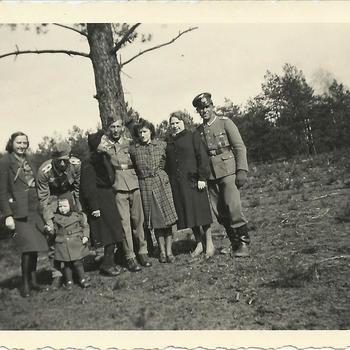 Groepsfoto drie Duitse soldaten, vier vrouwen en een kind