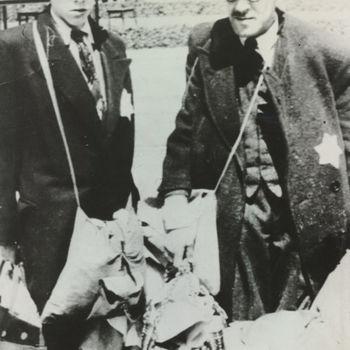 """Twee joden met bagage die gedeporteerd worden. Tekst achterop: """"Wegvoering joden""""."""