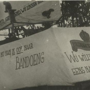 Ned. Indië na WO 2; kermis, praalwagen, tekst