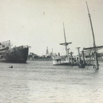 """Foto van afgezonken schepen in haven. Tekst achterop: """"Vernielingen laatste fase oorlog""""."""
