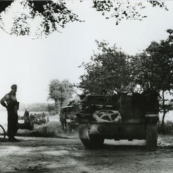 Bren Carriers rijdend over een weg, tacsign 54