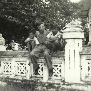 Nederlands Indië; koloniaal gebouw, militair, kind