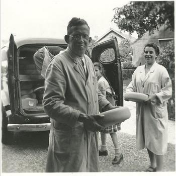Kaashandelaar Lambert Schaap Klaaszoon (1907-1994) met auto en familie in 1952