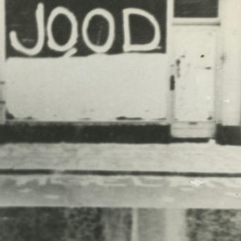 """Foto winkel waarvan de etalage met opschrift """"Jood"""" besmeurd is. Tekst achterop: """"Winkel van joden"""". utrecht betere foto in collectie aanwezig"""