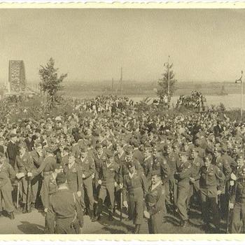 Amerikaanse Airborne voor de Waalbrug bij herdenking Market Garden 17-09-1945