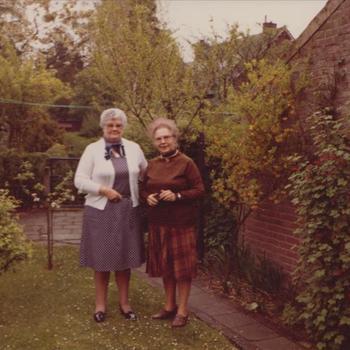 Foto van twee vrouwen in een tuin