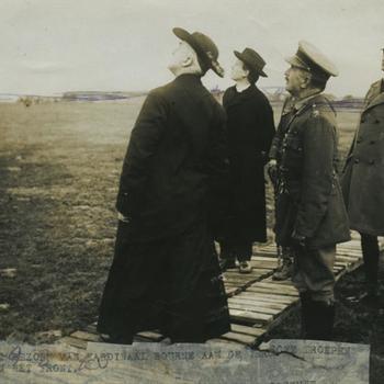 WO I; Naar de lucht kijkende geestelijken en Britse generaal