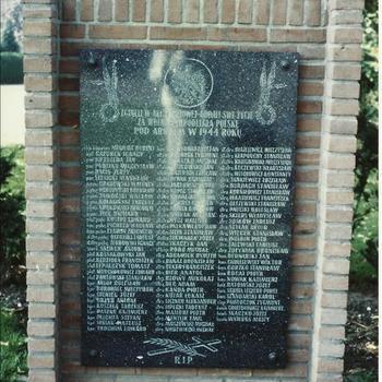 Polen monument te Driel, plaquette met namen links van monument