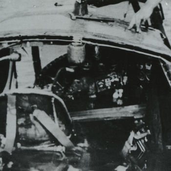 """Foto wrak Dornier 215. Cockpit zichtbaar. Tekst: """"Resten van een neergeschoten Dornier 215 in IJsselmeer. Datum onbekend""""."""