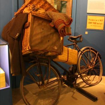 fiets , herenfiets met grote mand voorop, bakkersfierts