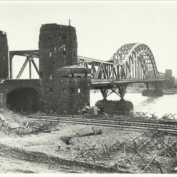 Envelop 18: Us. Rheinbrücken Remagen, oude stenen construktie voor modernere rijnbrug