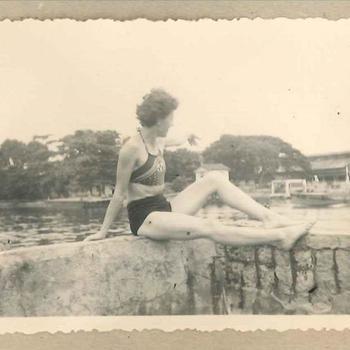 Lid Vrouwenkorps in badkleding op eiland Hoorn nabij jachtclub Priok, Nederlands-Indië mei 1948