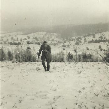 nederlandse militair in de sneeuw op de Posbank