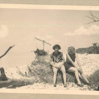 Twee leden Vrouwenkorps KNIL op strand Nederlands-Indië