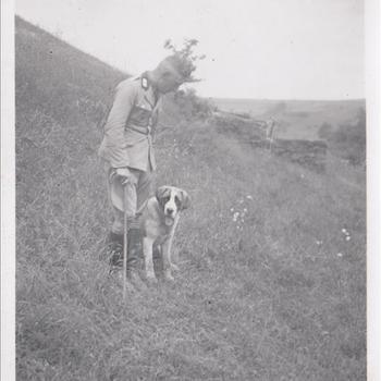 Foto van een officier van de Reichs Arbeids Dienst (RAD) met wandelstok en hond.