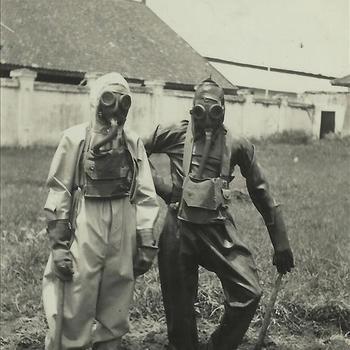 Indië album; koloniale tijd; KNIL, militairen, gaspak, gasmasker