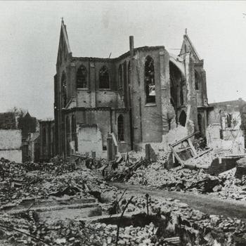 Verwoeste gebouwen Achter Valburg na bombardement op Nijmegen
