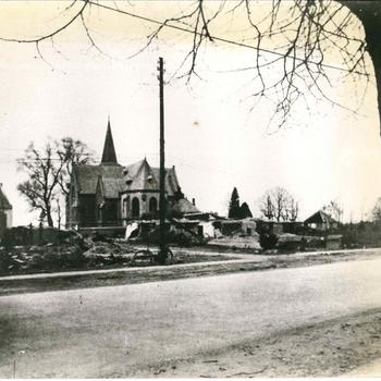 Foto van een kerk met zicht op het priesterkoor. Mogelijk in de buurt van Nijmegen