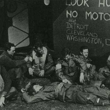 "Foto Amerikaanse militairen voor romp Waco CG-4A zweefvliegtuig. Opschrift: ""Look Hurmin no motor Joliet Detroit Cleveland WashingtonD.C."" Tekst achterop: ""101st Airbornes wachtend op start operatie ""Market Garden""17-9-1944""."