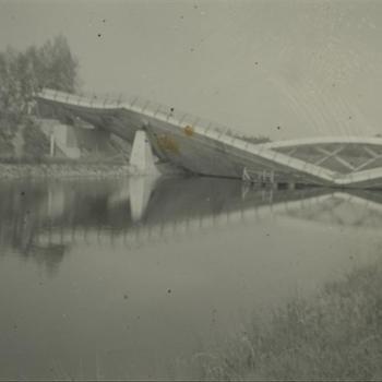 opgeblazen witte brug over kanaal