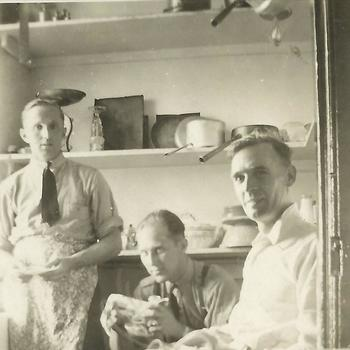 drie Canadese militairen in keuken, Sterling Scotland on leave 1943