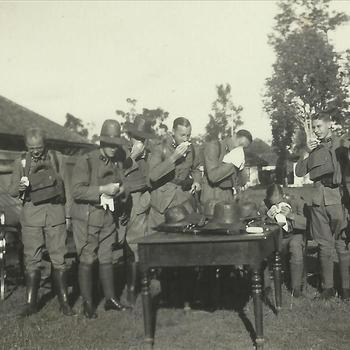 Indië album; koloniale tijd; KNIL, militairen, uniform, niesgas