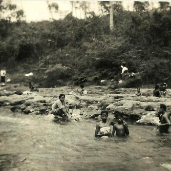 Indië na WO 2 Java; lokale bewoners, mandiën, wassen, was doen