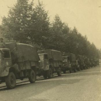 Nederlands Bevrijding; rij Britse trucks op een straat