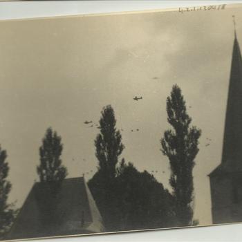 formatie C-47's, parachutisten, Protestantse Kerk in Groesbeek