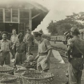 Indië na WO 2: militairen, voorraden, station, trein, wagon
