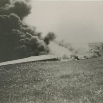 Neergestorte Heinkel 111 in brand, Duits vliegtuig