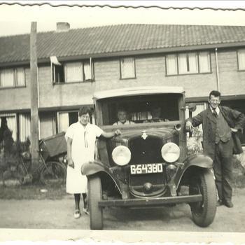 Kaashandelaar Lambert Schaap Klaaszoon (1907-1994) met auto