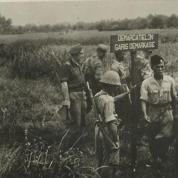 Ned. Indië na WO 2; militair, demarcatie, grens, Indische gevangene