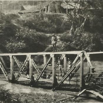 Ned. Indië na WO 2; baileybrug, kapot, ingestort, militair