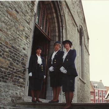 Geraardsbergen, dames bij de kerk